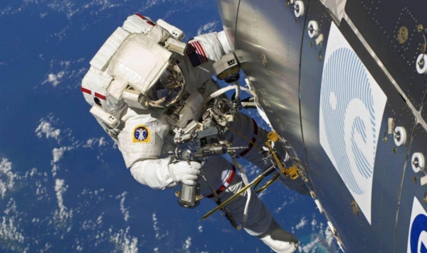 Un astronaute effectue une manœuvre à l'extérieur de la Station spatiale internationale. Certains astronautes ont rapporté que leur vue s'était dégradée ou au contraire améliorée à la suite de leur séjour dans l'espace.