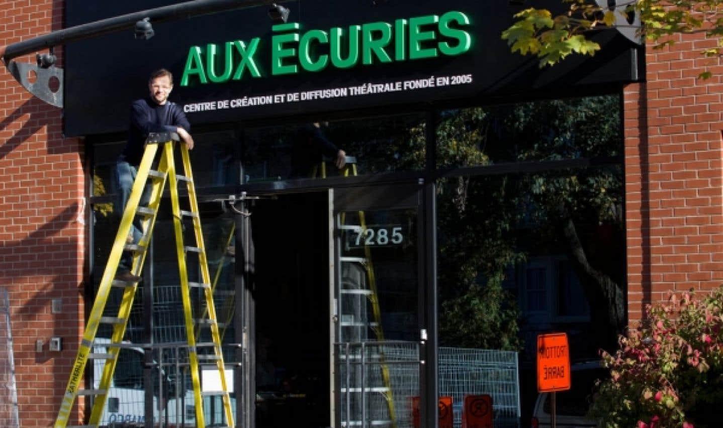Olivier Ducas pose fièrement près de la récente devanture du théâtre Aux Écuries.