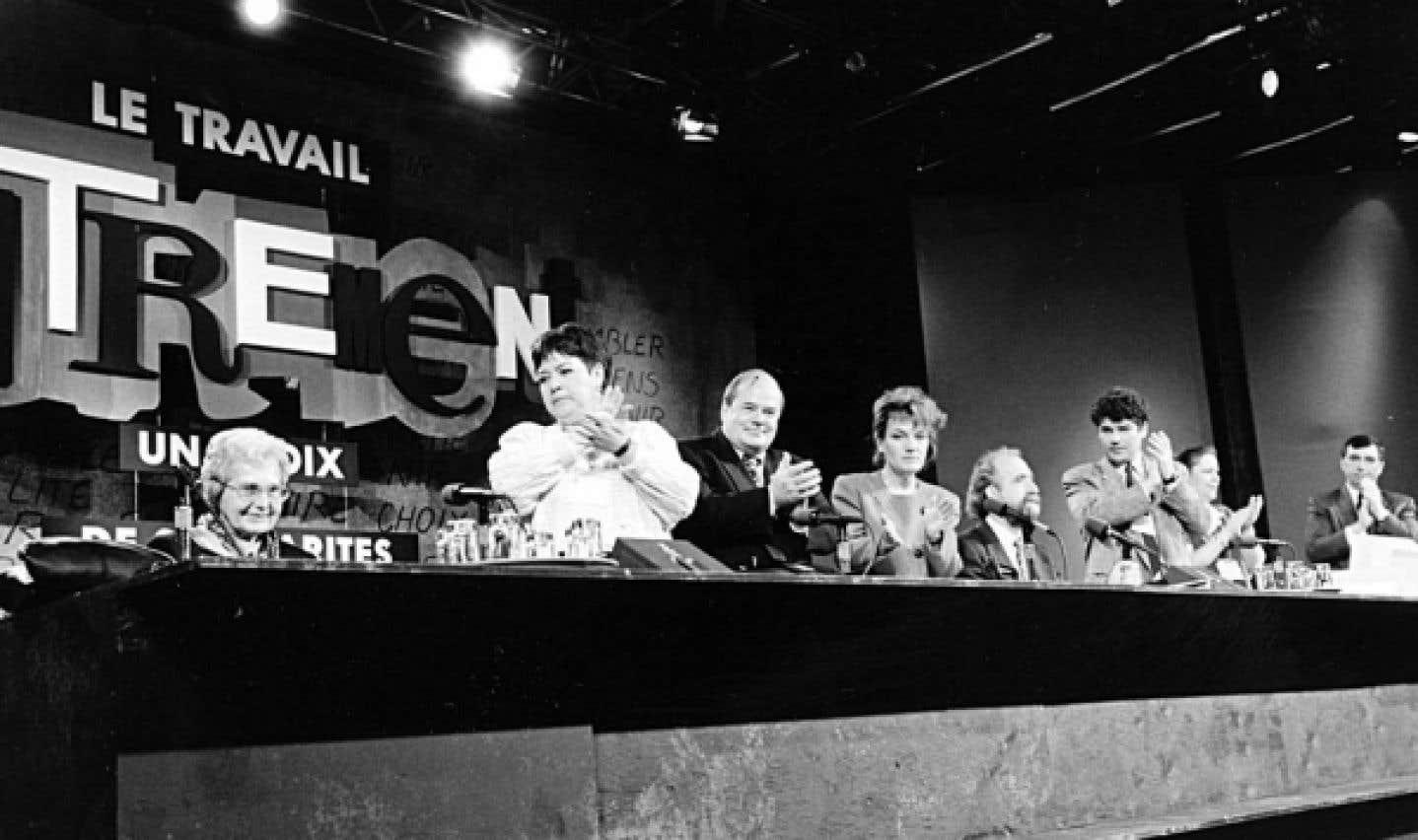 Congrès de la CSN en 1994. De gauche à droite: Madeleine Parent, Céline Lamontagne, Léopold Beaulieu, Claudette Carbonneau, Gérald Larose, Pierre Paquette, Nicole Cousineau et Roger Valois.