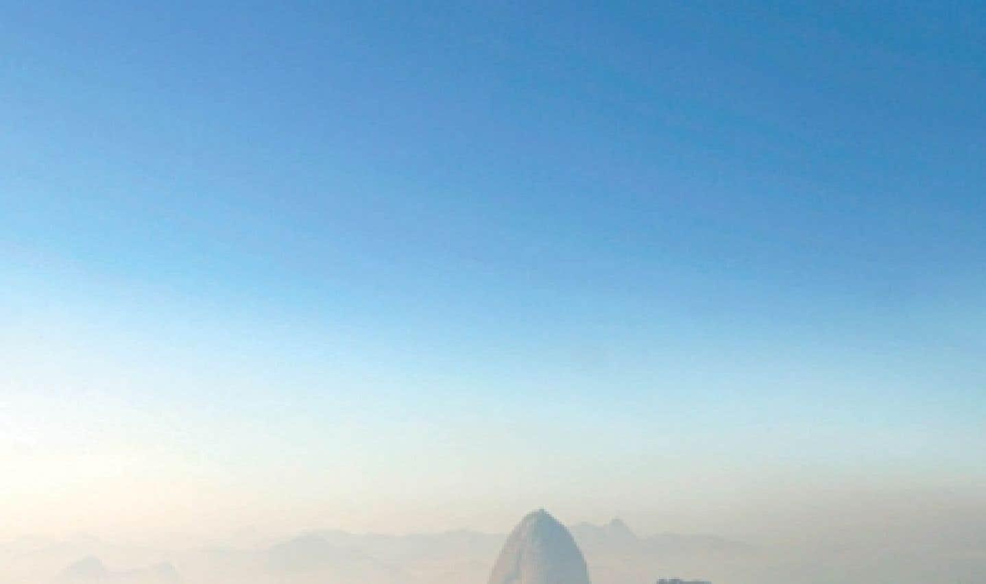 Le Pain de sucre et la baie de Botafogo à Rio de Janeiro, au Brésil, tôt le matin sous le brouillard