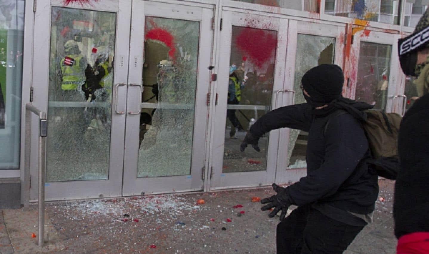Des manifestants ont fracassé les portes vitrées du Palais des congrès de Montréal, où le premier ministre Jean Charest prononçait une allocution sur le Plan Nord.