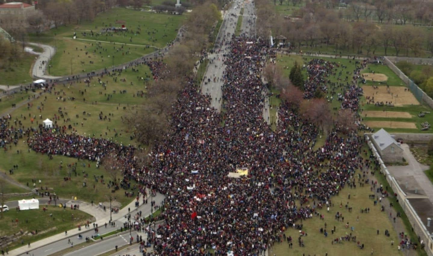 Au parc Jeanne-Mance, la foule a formé une impressionante main humaine.