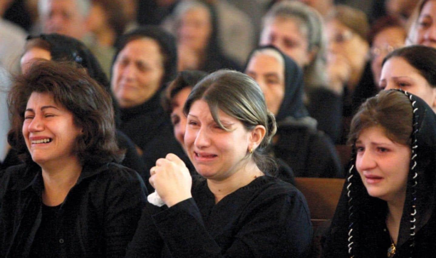Des femmes pleurent leurs proches qui faisaient partie des 58 personnes mortes dans l'attaque d'une église catholique de Bagdad en octobre 2010.
