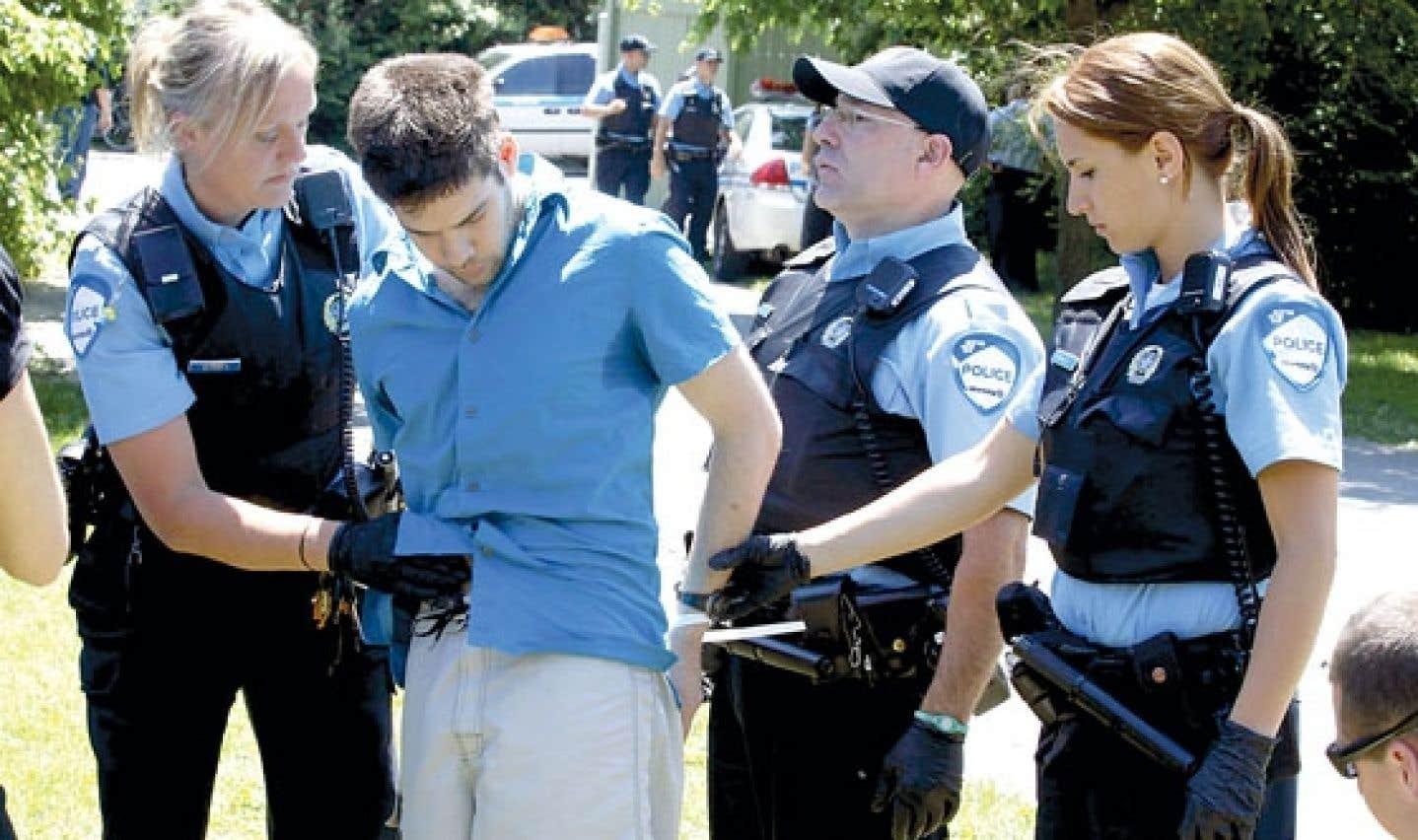 Charest approuve le travail policier