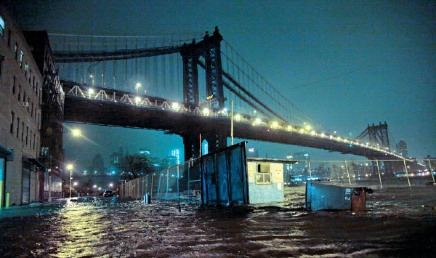 Sandy touche terre et inonde New York - La priorité d'Obama: «sauver des vies»