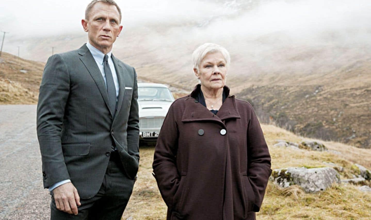 Fils prodigue, le James Bond de Skyfall (Daniel Craig) régresse jusqu'audit manoir familial décati en compagnie de M (Judi Dench), figure maternelle autoritaire mais couveuse.