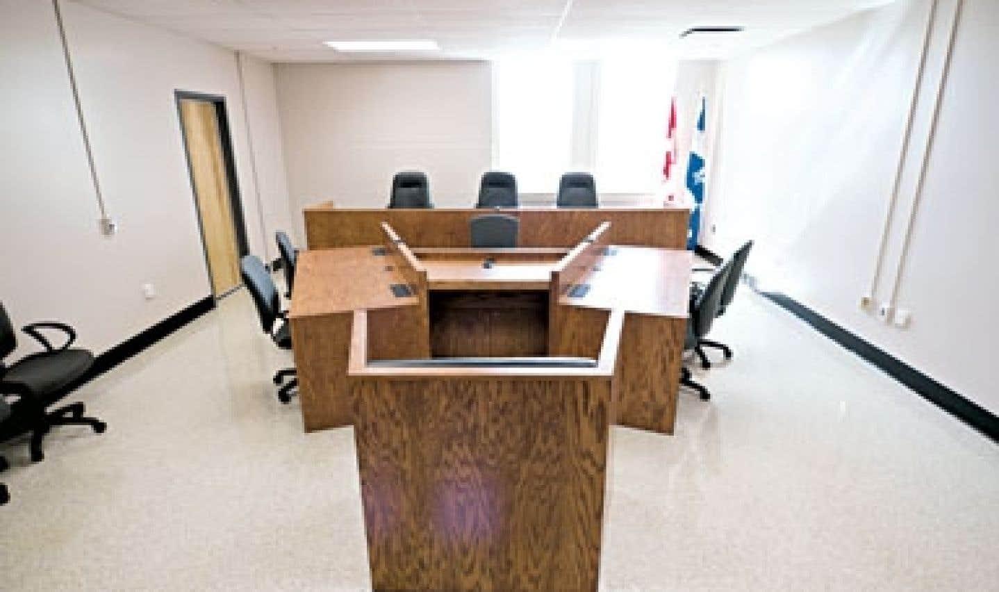 La salle d'audience a été aménagée pour traiter les ordonnances de soins.