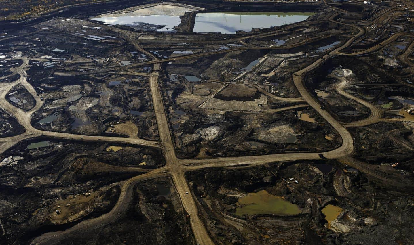 Le rapport «La décennie cruciale», qui note une vague de découvertes et d'exploitation de nouvelles réserves de pétrole, de gaz et de charbon, souligne que «la plupart» des énergies fossiles devraient demeurer enfouies dans le sous-sol.