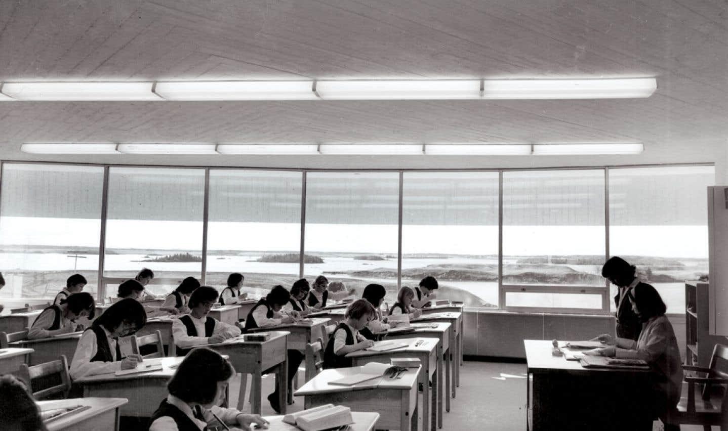 Jusque dans les années 60, l'éducation au Québec était gérée par l'Église catholique. Un vent de changement entraînera la sécularisation de ce domaine et la création du ministère de l'Éducation.