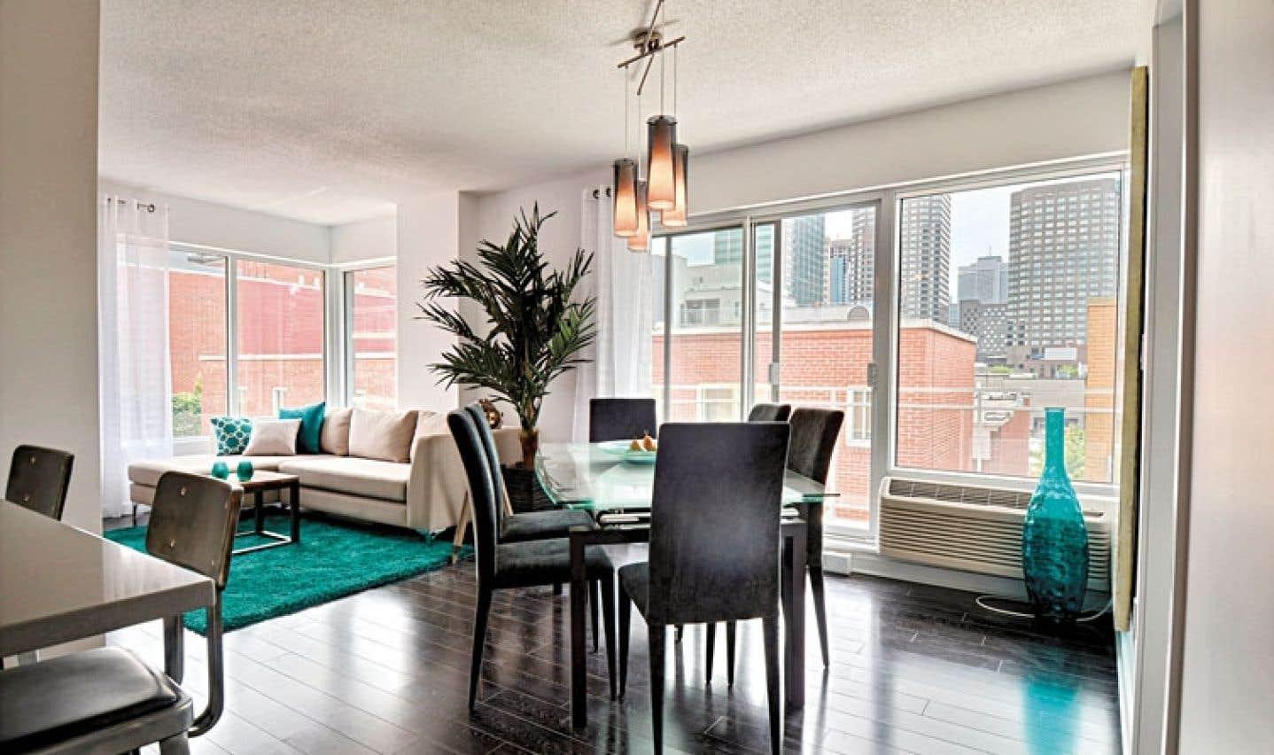 Un exemple d'aménagement de salon et salle à manger d'un logement comprenant deux chambres