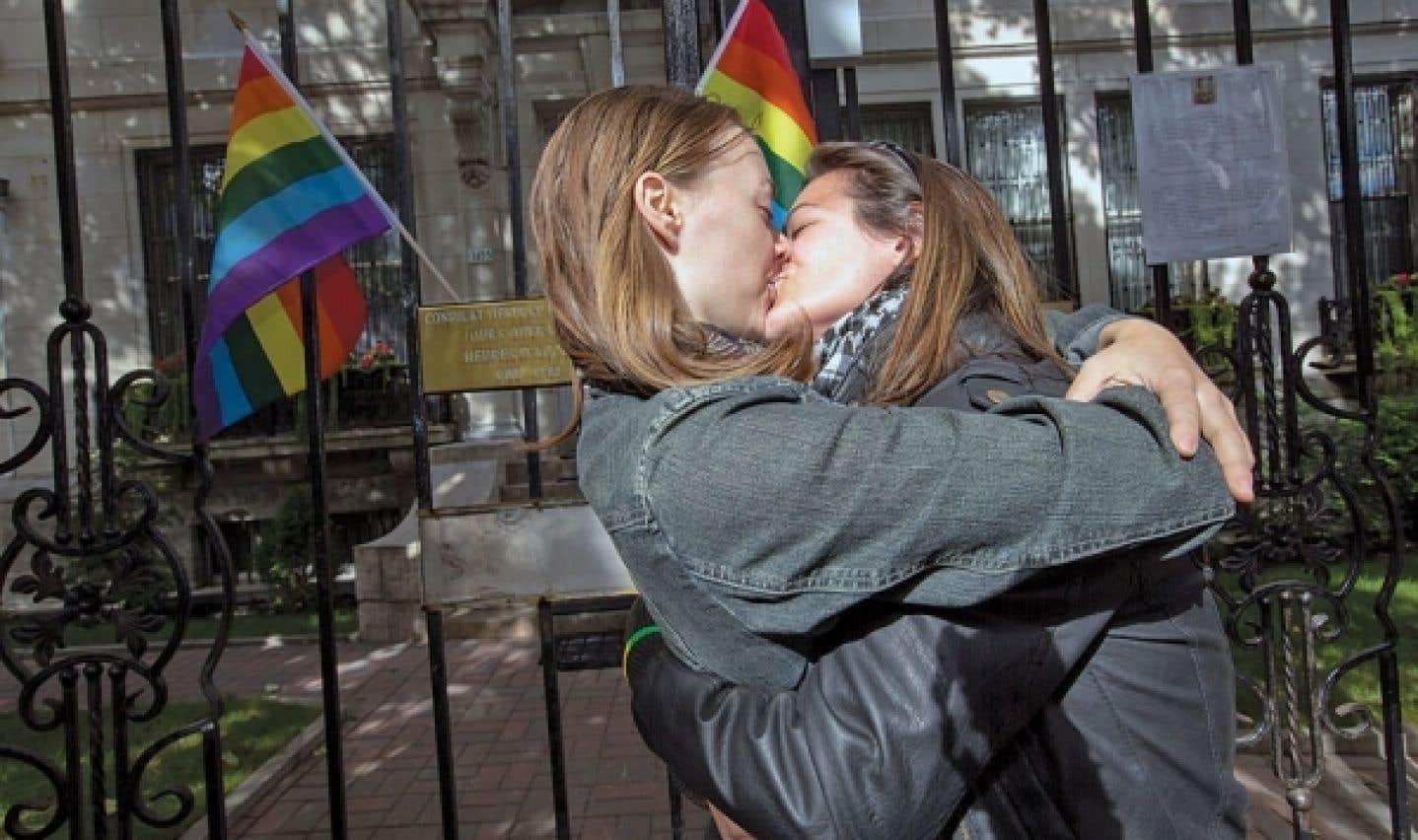 Devant le consulat russe à Montréal, le 8 septembre dernier. Le NPD croit qu'Ottawa devrait interdir l'accès au Canada à ceux qui ont prôné et écrit la nouvelle loi antigais en Russie.