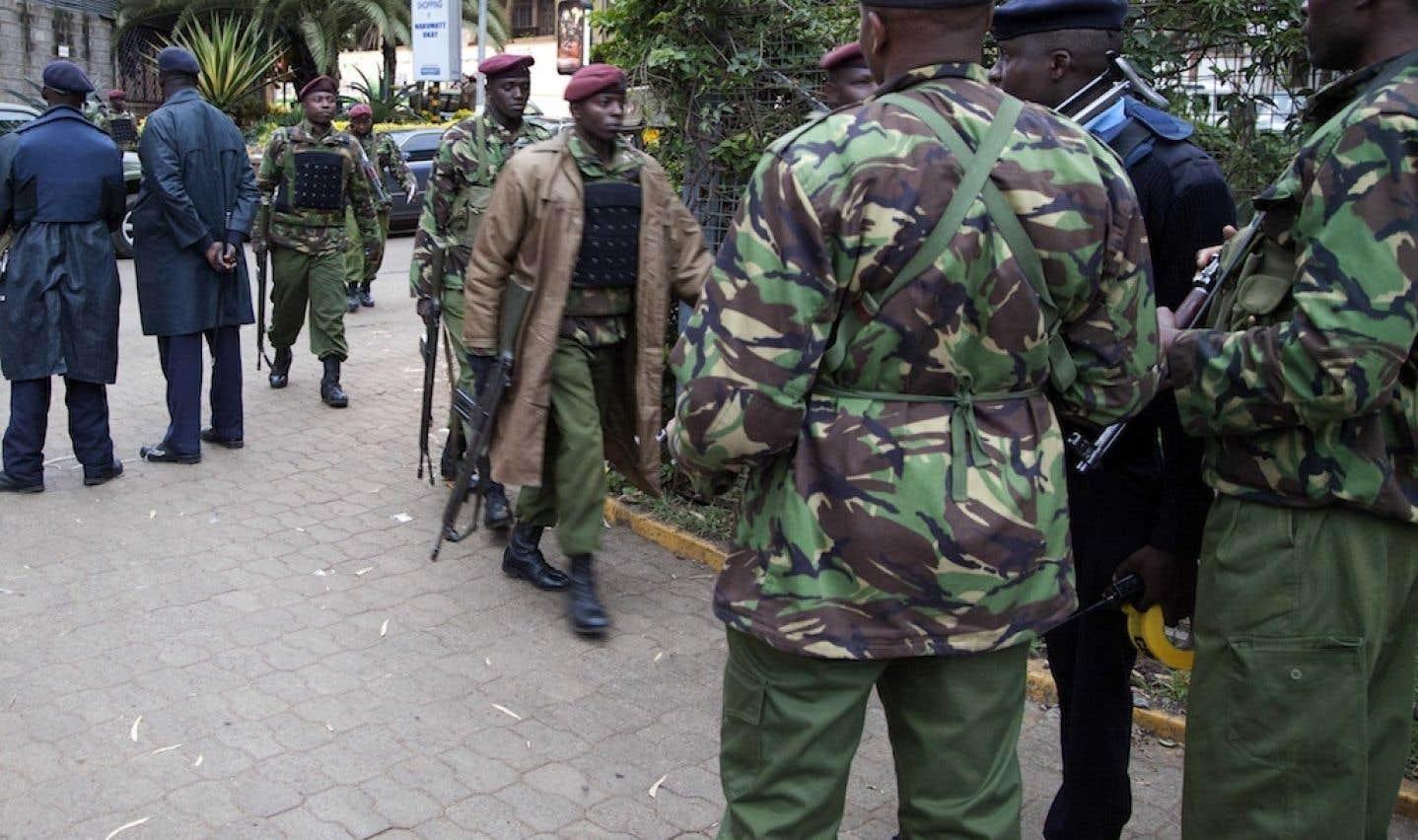 Les forces de sécurité kenyanes sont intervenues dimanche autour du centre commercial où les agresseurs sont retranchés.