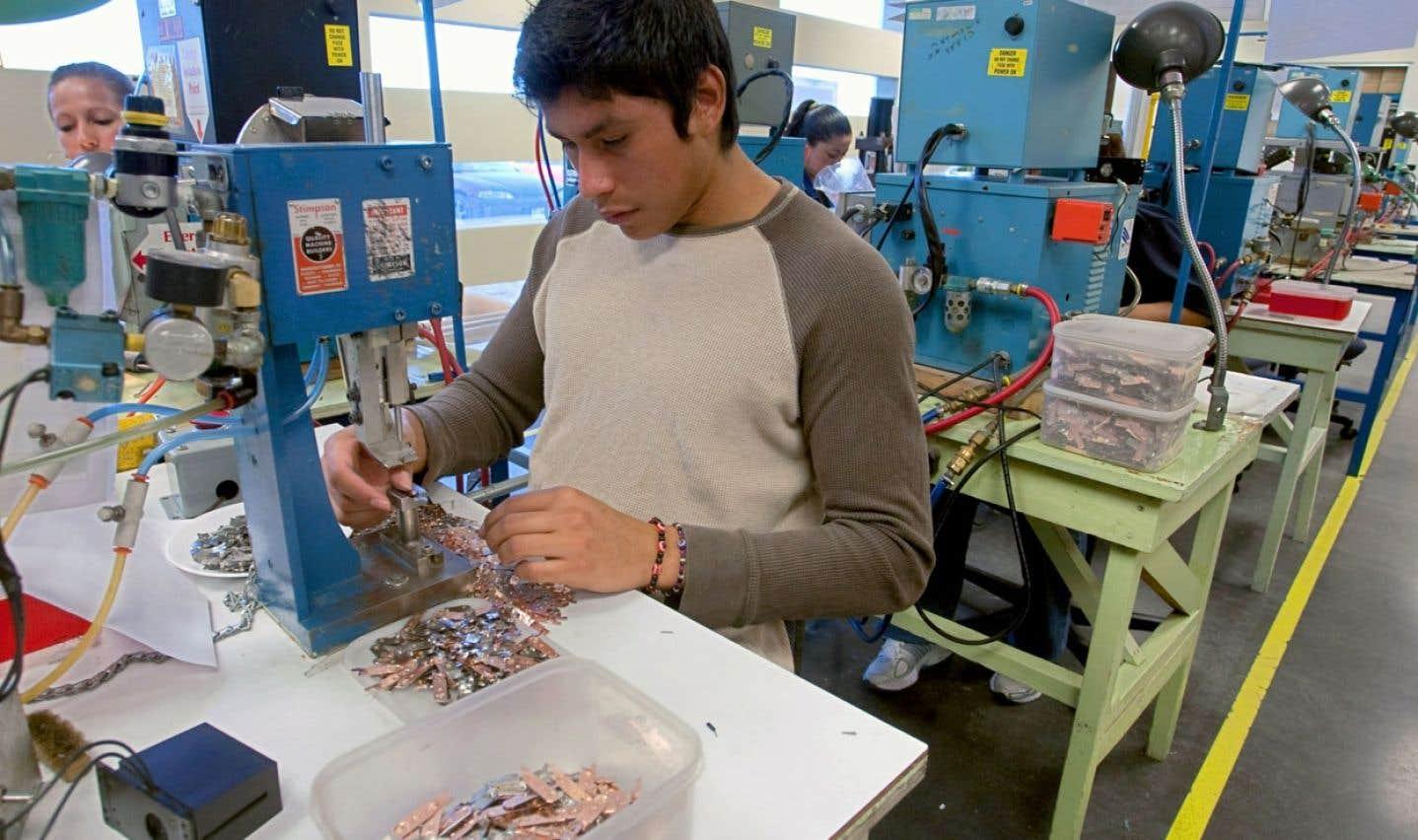 Un ouvrier est à l'œuvre dans une maquiladora de Ciudad Juárez, au Mexique, près de la frontière américaine.