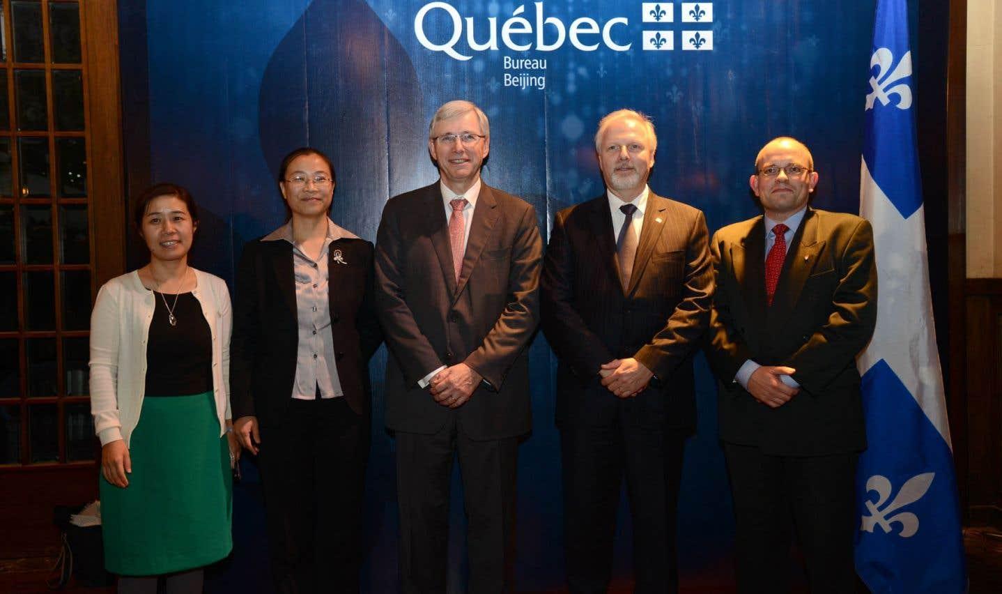 Le professeur Fabrice Labeau (à l'extrême droite) et le ministre Jean-François Lisée, à côté de lui, ont effectué une visite à l'Université des postes et des télécommunications de Pékin, en 2013.