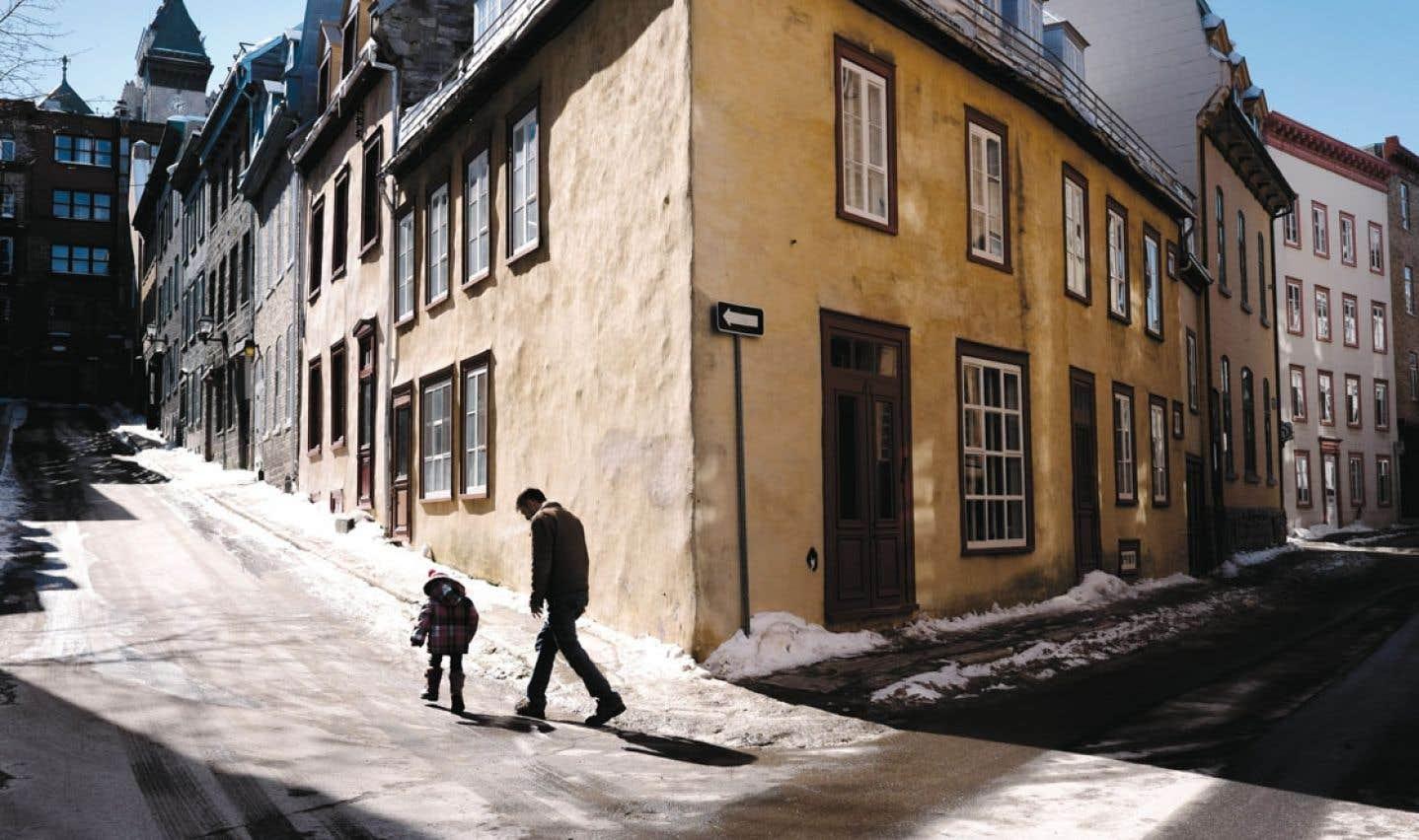 Le secteur Vieux-Québec–Cap-Blanc–Colline-Parlementaire, selon le conseil de quartier, se divise en trois sous-secteurs : la Haute-Ville, délimitée par les fortifications, la Basse-Ville, en sandwich entre la falaise et le fleuve, et le Cap-Blanc, prolongation de la Basse-Ville jusqu'à la côte Gilmour.