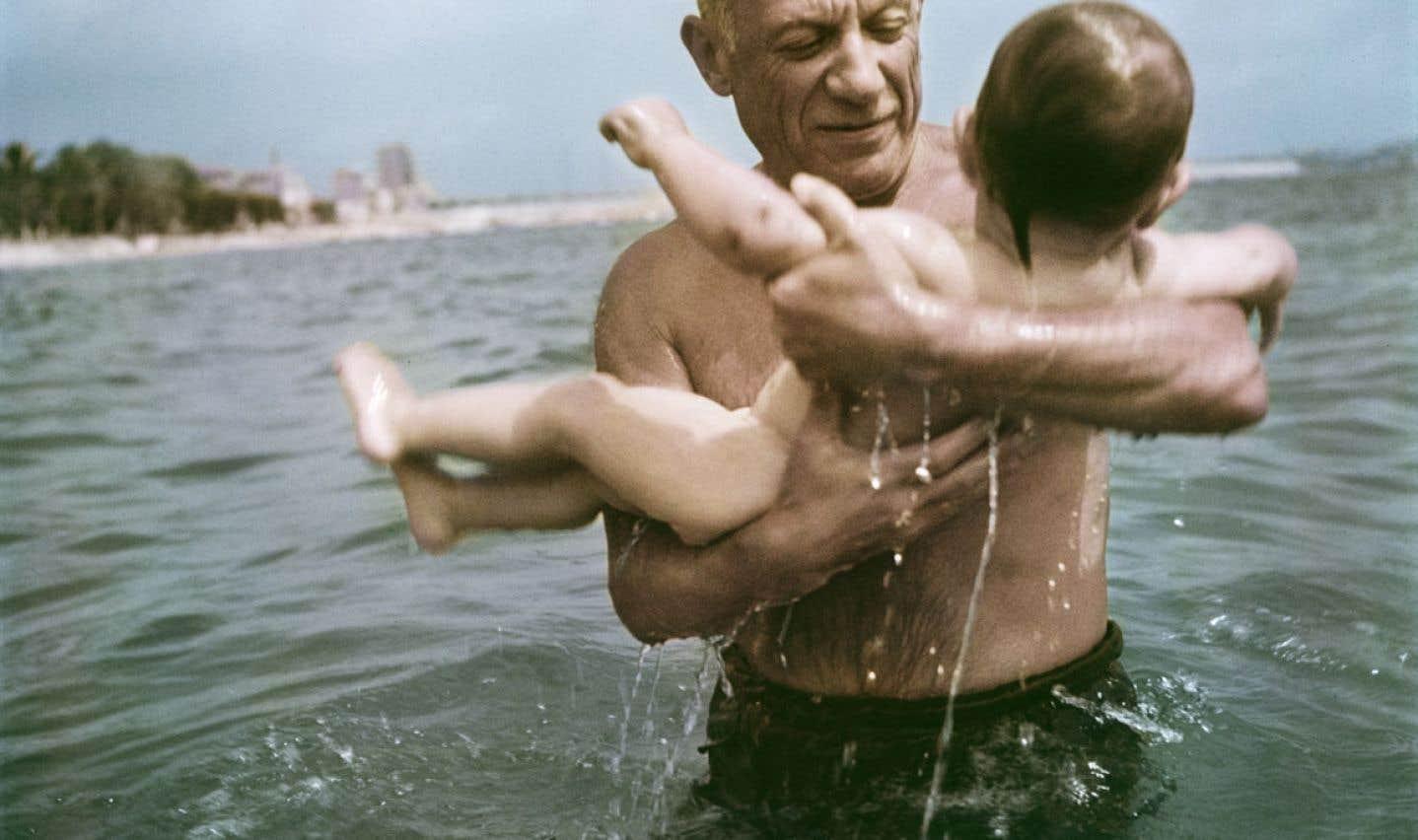 Pablo Picasso jouant dans l'eau avec son fils Claude, Vallauris, France, 1948.