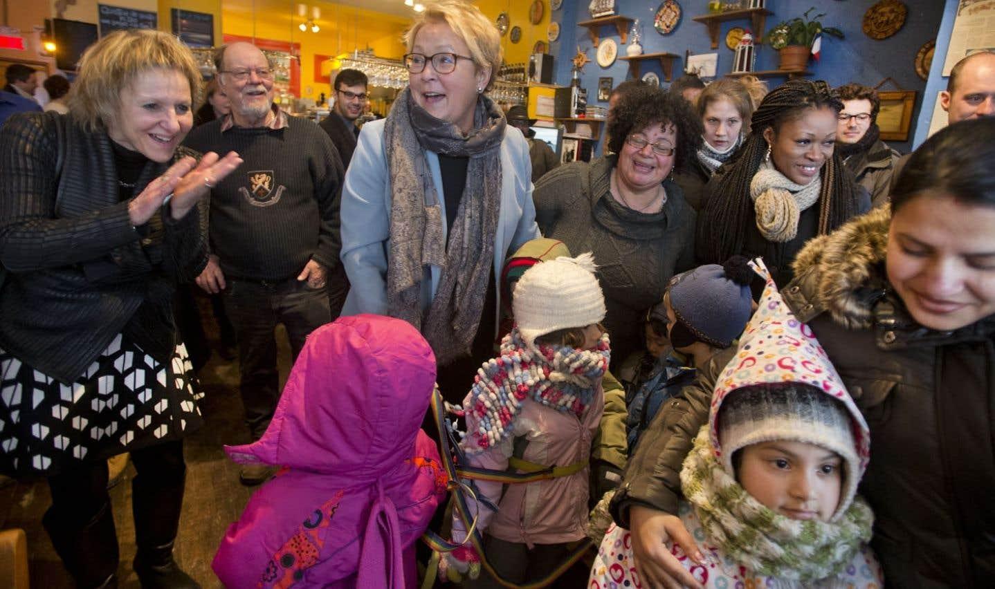 Pauline Marois a visité la circonscription de Verdun, à Montréal, où se présente sa candidate Lorraine Pintal (à gauche).