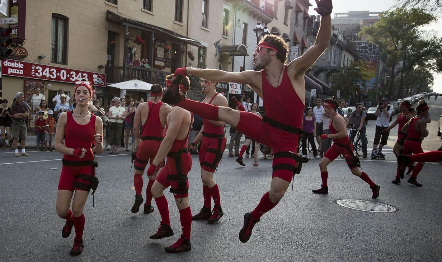 Montréal complètement cirque, une célébration populaire des arts du cirque, en était à sa quatrième édition en 2013. Chapeau au créateur de l'événement festif, la TOHU, qui célèbre sa 10eannée d'existence.