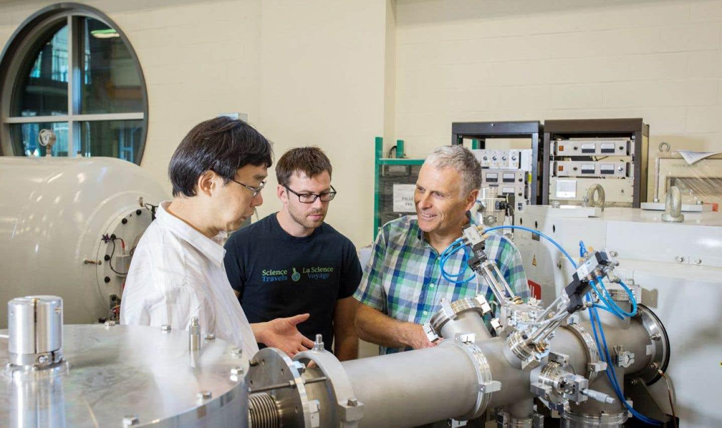 Géologue et professeur au Département des sciences de la Terre de l'Université d'Ottawa, Ian Clark (à droite) évoque de longues années d'attente. Son équipe et lui espéraient l'arrivée du spectromètre depuis 2008.