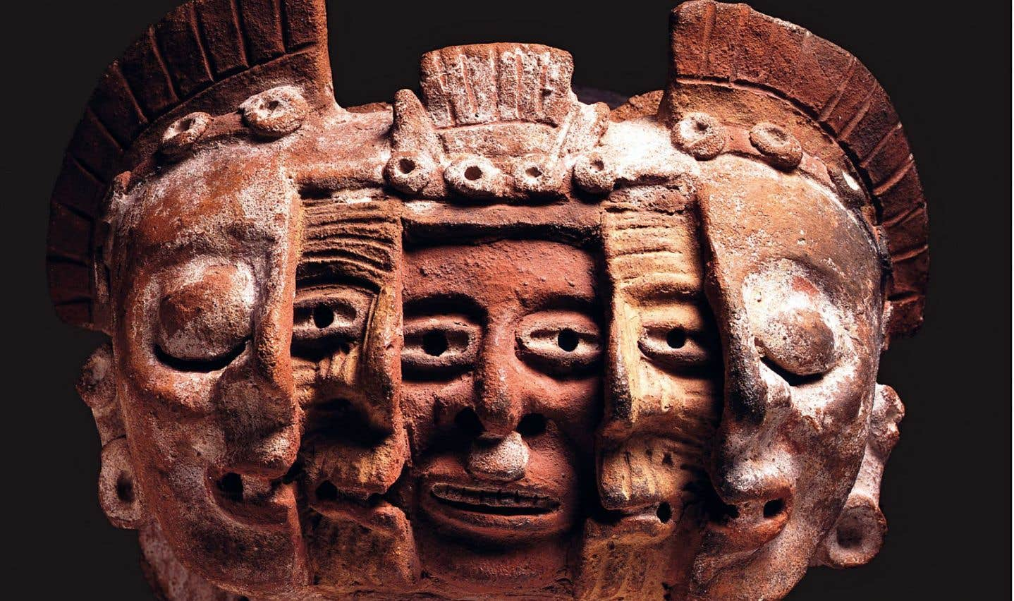 Ce fragment céramique à trois visages montre les trois phases de l'existence. Au centre, la jeunesse, qui ouvre les yeux sur le monde. Puis, la vieillesse. Enfin, la mort, inéluctable, qui éteint le regard.