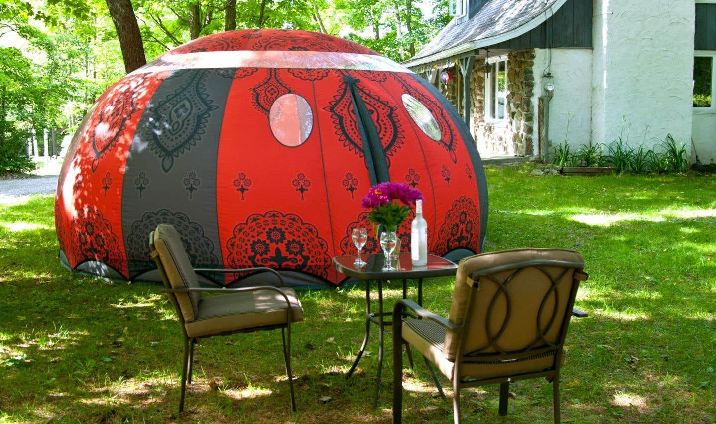 La maison gonflable B&B, de l'entreprise québécoise Cosy Bubble, ultime tendance du vivre dehors.