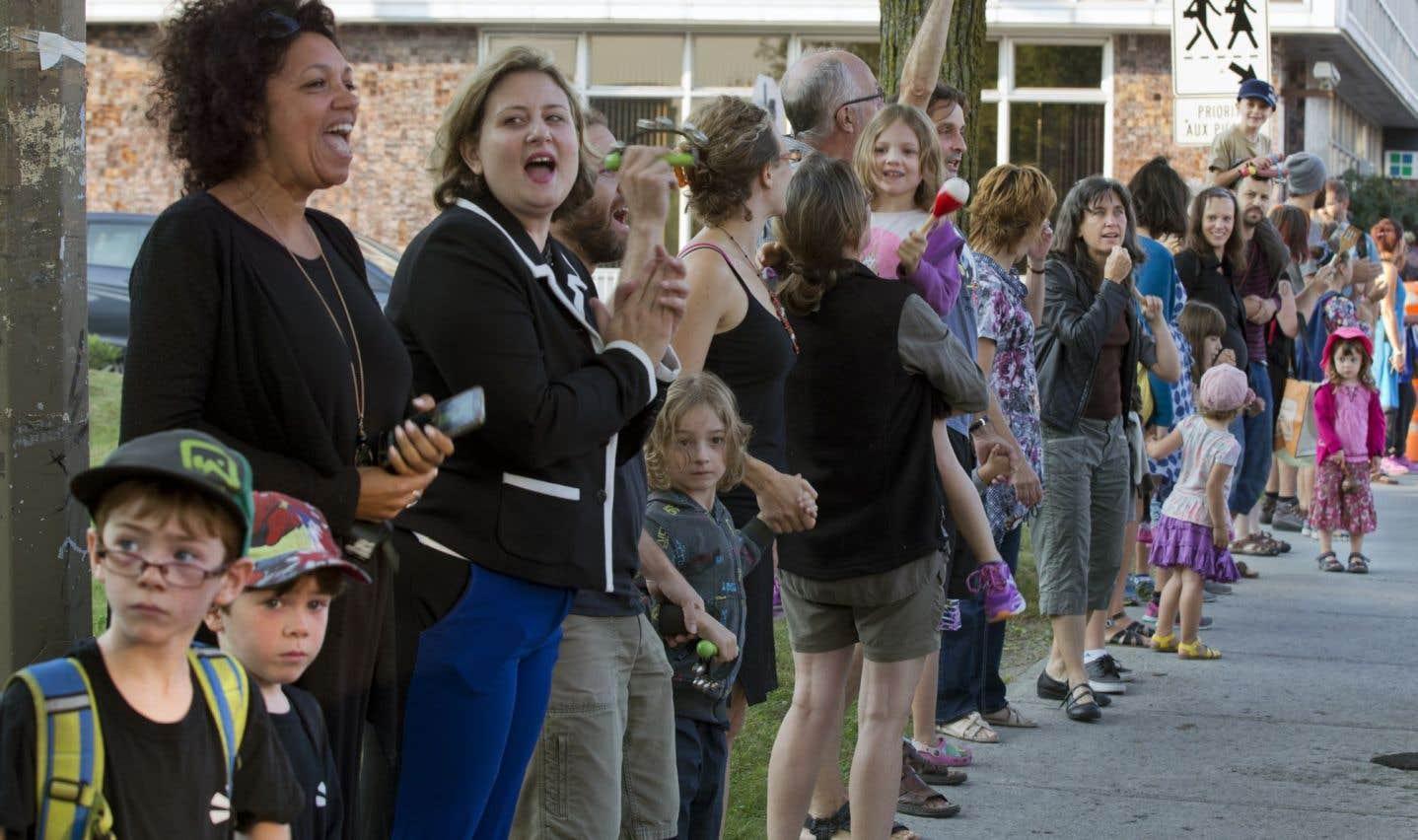 Une chaîne humaine dans la rue Beaubien à Montréal, en août
