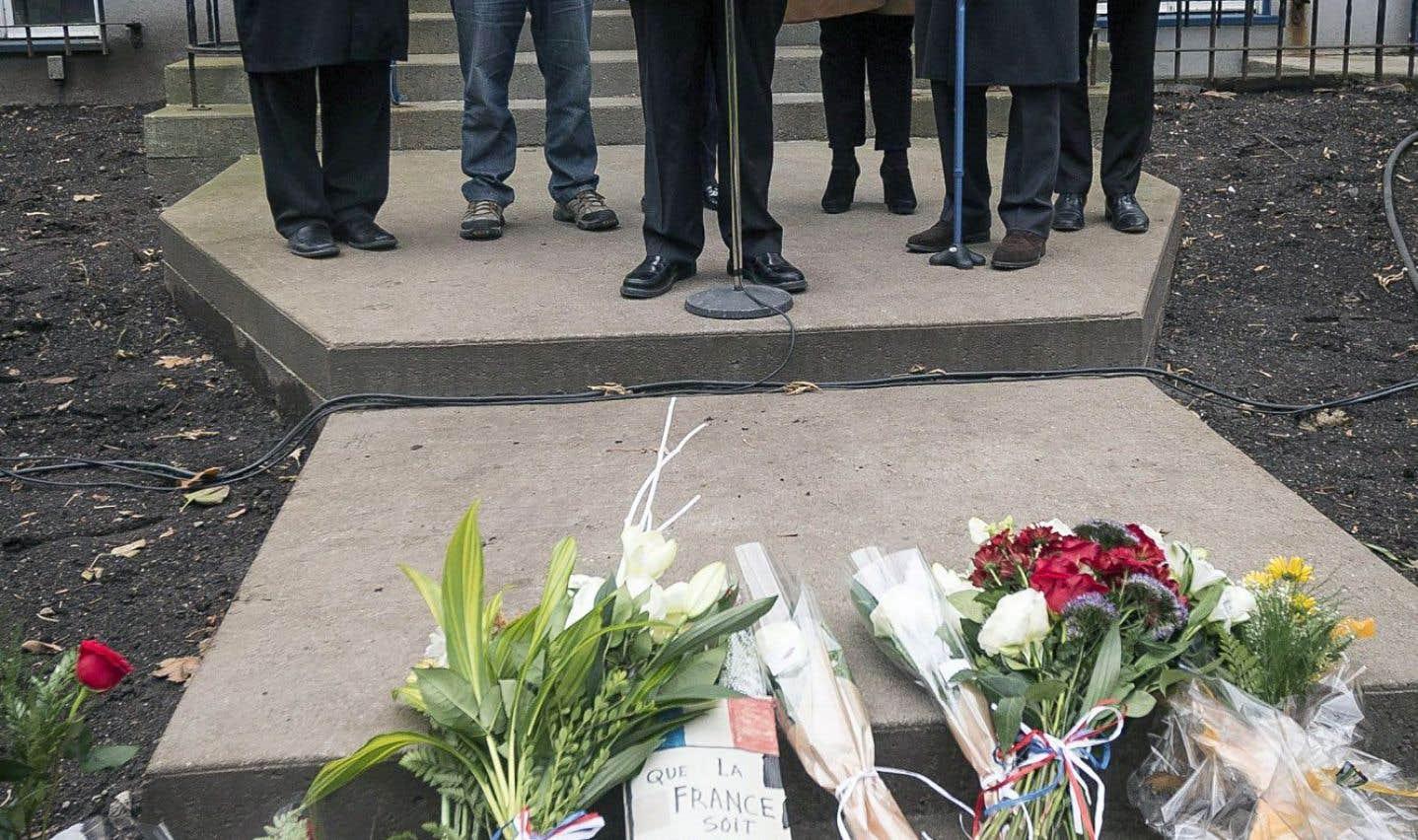 Philippe Couillard a fait un discours devant le consulat de France, à Québec, samedi, entouré de Denis Coderre, Régis Labeaume, Christine St-Pierre, Nicolas Chibaeff (consul) et Pierre Karl Péladeau.
