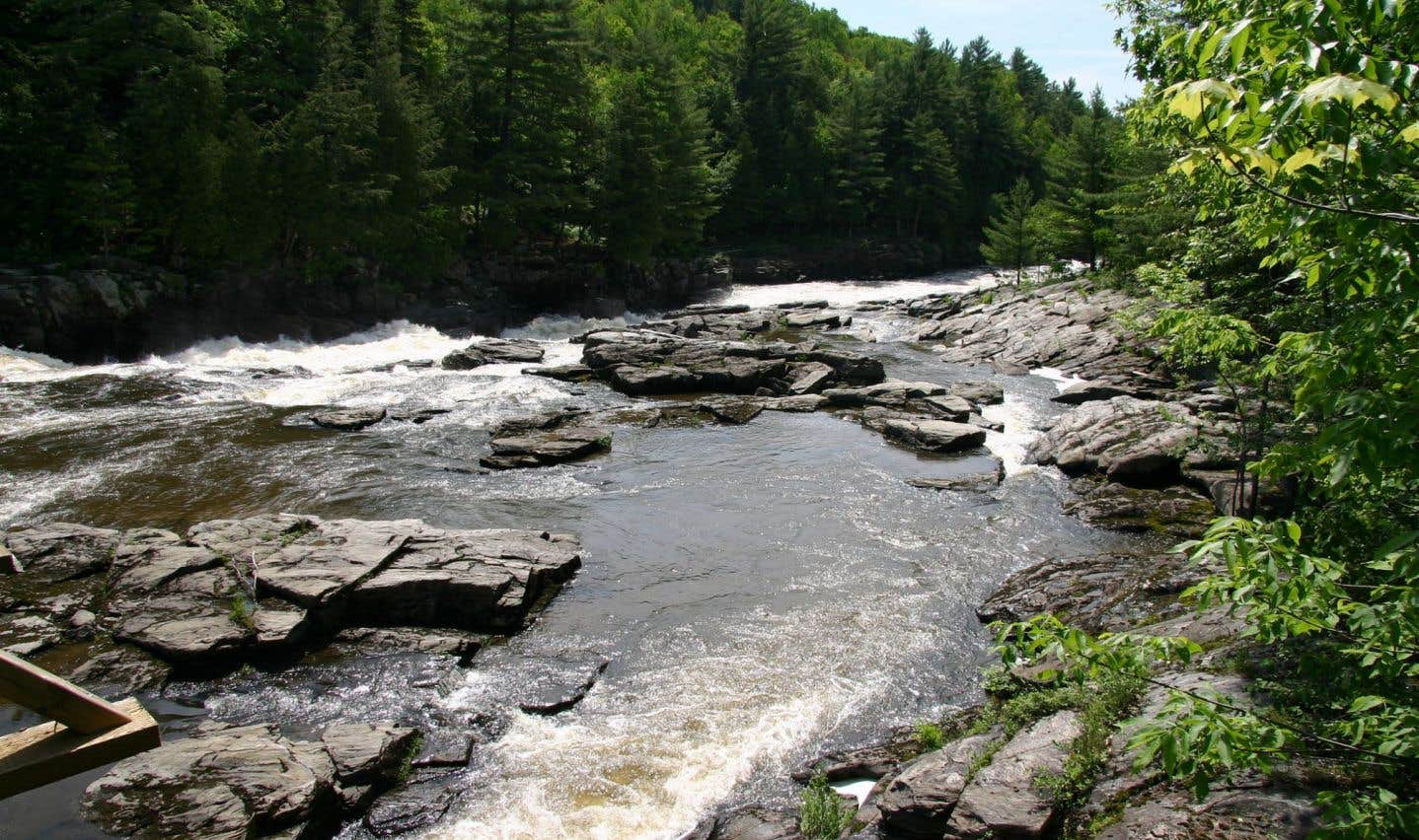 Parmi les études environnementales toujours manquantes, on retrouve celle portant sur les risques associés aux traverses de cours d'eau par des pipelines.