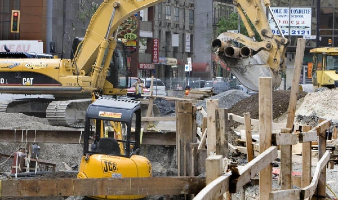 Construction: les pressions s'accentuent, Charest résiste
