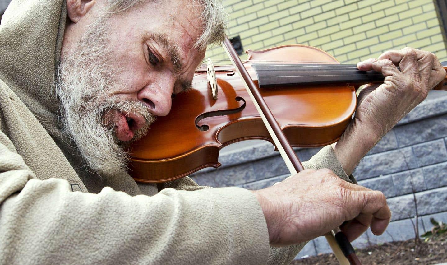 Un violoniste de la rue reçoit un nouvel instrument en cadeau