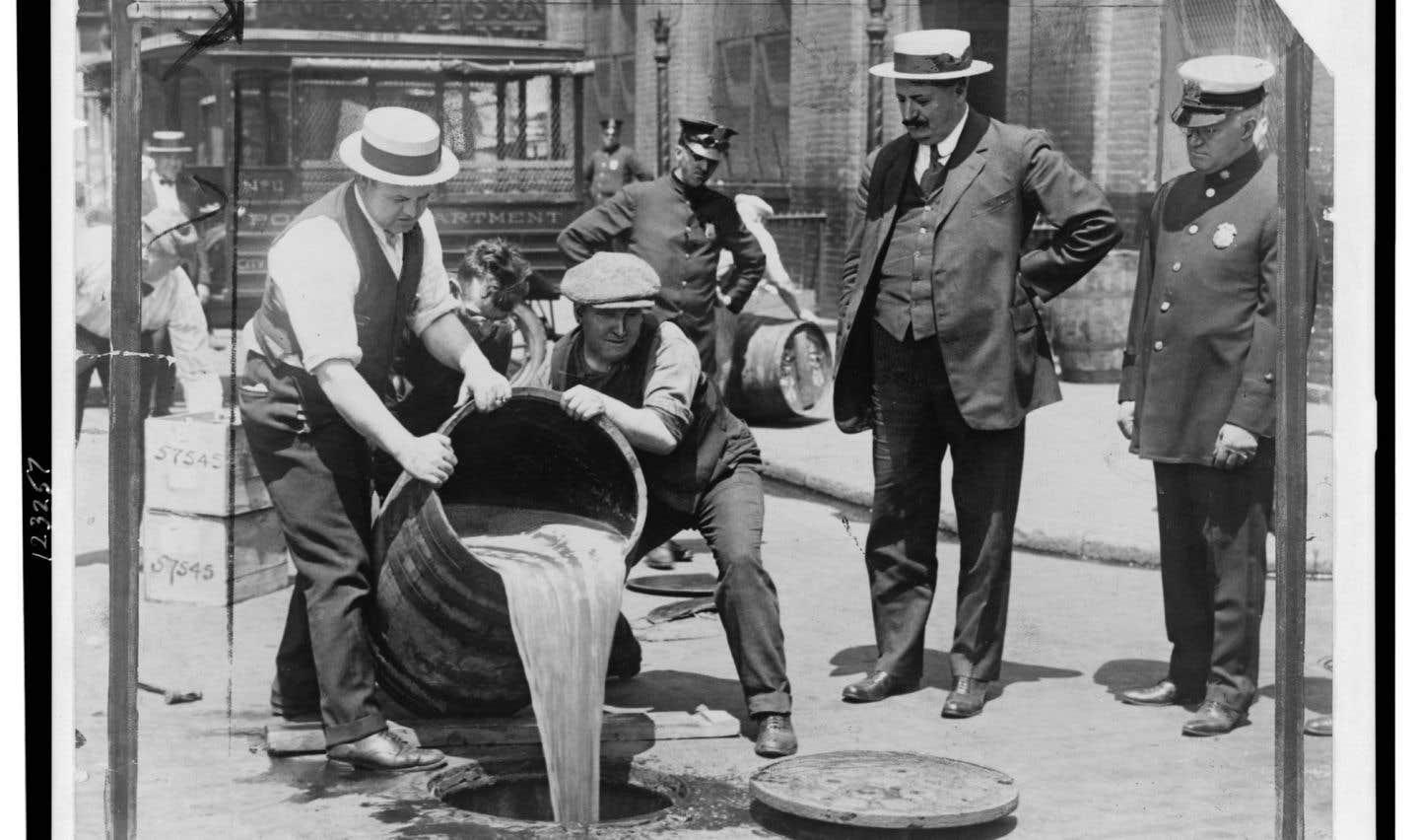 Un tonneau d'alcool est jeté aux égouts durant la prohibition.