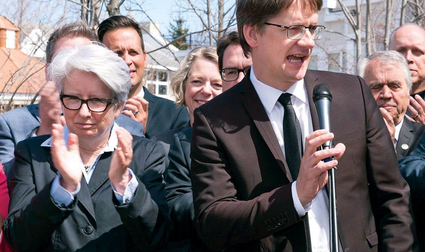 Les députés ont préféré Sylvain Gaudreault à sa collègue Agnès Maltais (à gauche), qui s'est ralliée à lui lors d'une conférence de presse réunissant tout le caucus dans un hôtel de l'arrondissement Sainte-Foy.
