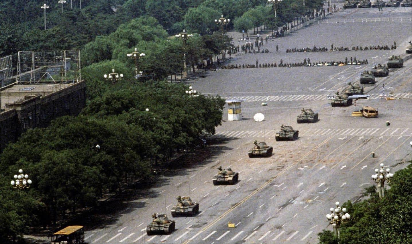 Photo de l'exposition 25 x la révolte qui représente le début de la répression militaire du 4juin: une colonne de chars d'assaut chinois T-59 progresse sur laplace Tiananmen.
