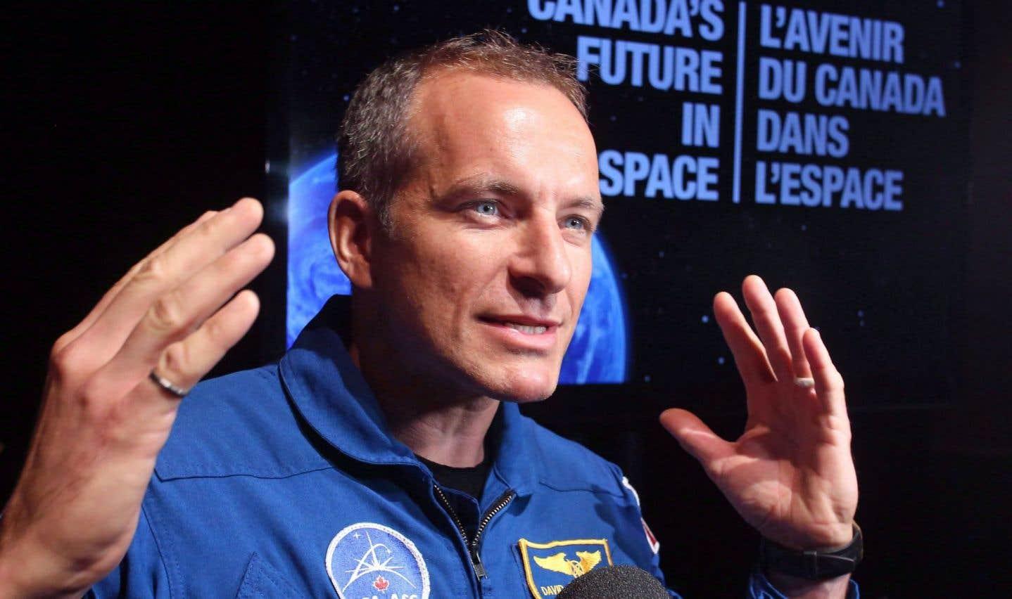Un homme de l'espace qui a les deux pieds sur terre