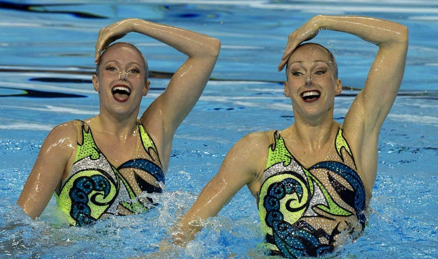 Les Canadiennes Jacqueline Simoneau (à gauche) et Karine Thomas pendant leur performance en nage synchronisée aux finales des Jeux panaméricains de Toronto, en 2015