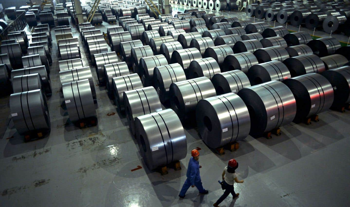 Un entrepôt de feuilles d'acier roulées à Handan, en Chine. Ce pays dispose d'un énorme surplus d'acier qu'il écoule dans le monde en le vendant à des prix si bas qu'ils devraient être jugés illégaux, selon ArcelorMittal.