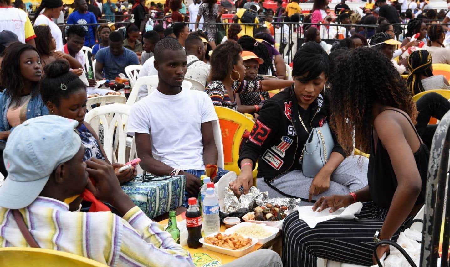 Les festivaliers, dont une majorité de jeunes, ont pris d'assaut les stands pour «manger et s'amuser».