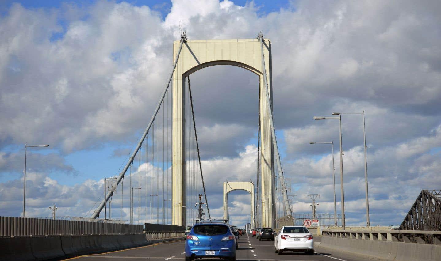 Le pont Pierre-Laporte enjambe le fleuve Saint-Laurent, reliant la ville de Québec à celle de Lévis.