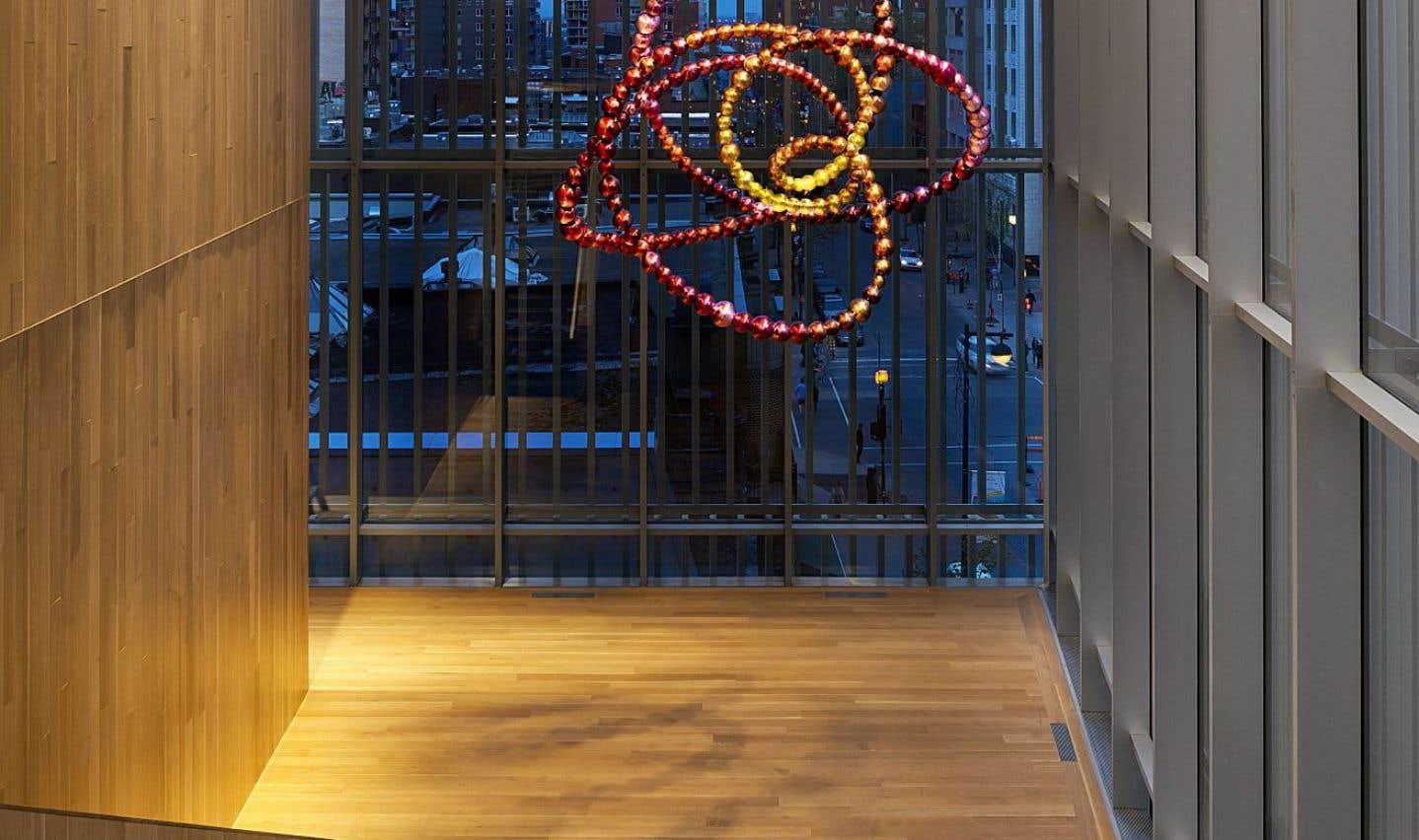 L'œuvre «Le Nœud Pivoine» (2015) de Jean-Michel Othoniel est installé au niveau 3 du nouveau Pavillon pour la Paix, d'art international et d'éducation Michal et Renata Hornstein.