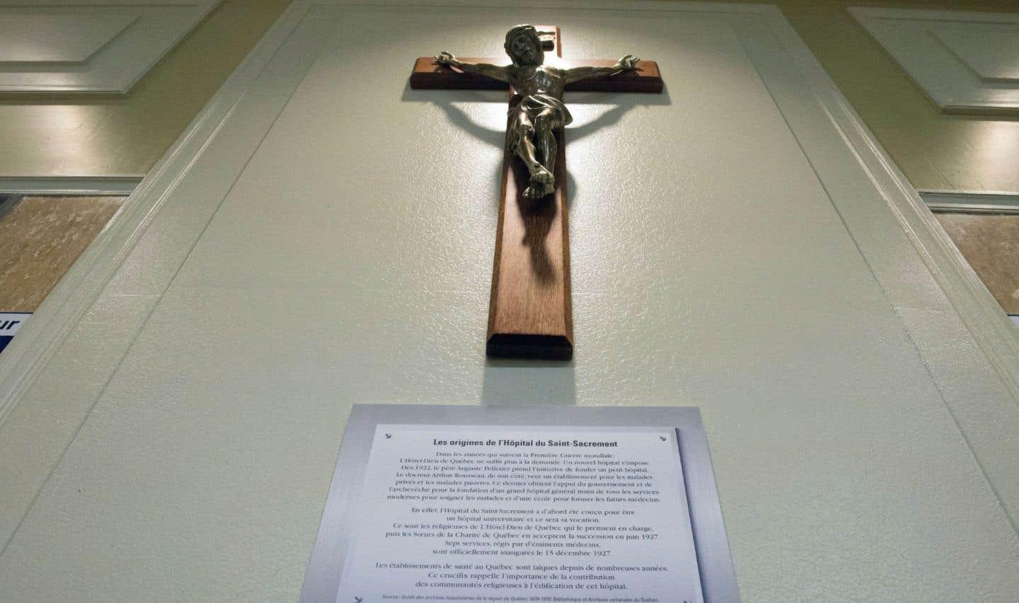 Le crucifix retrouve son mur dans le hall d'entrée