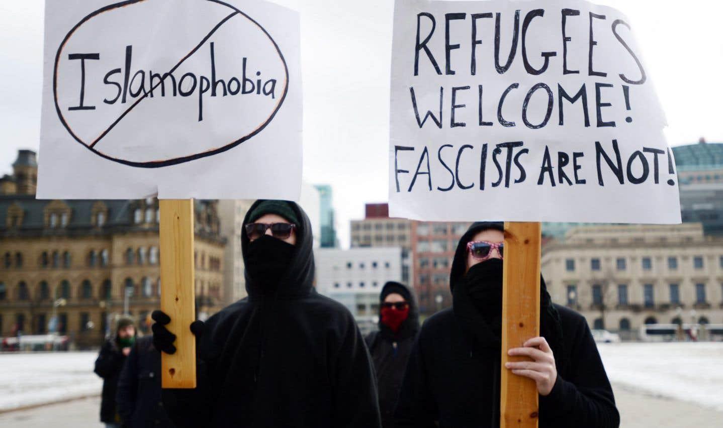 La police sépare deux groupes divisés sur la motion contre l'islamophobie