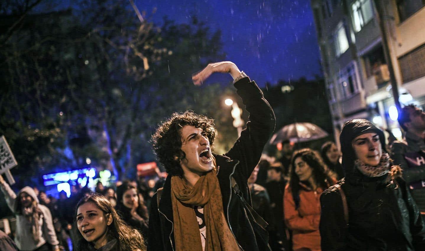 Erdogan rejette les critiques et célèbre sa victoire référendaire