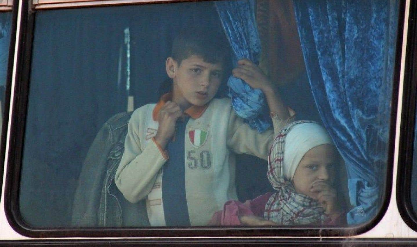 Des milliers de Syriens bloqués sur la route durant leur évacuation