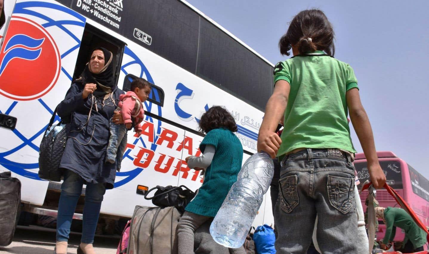 Les habitants évacués de villes assiégées reprennent la route