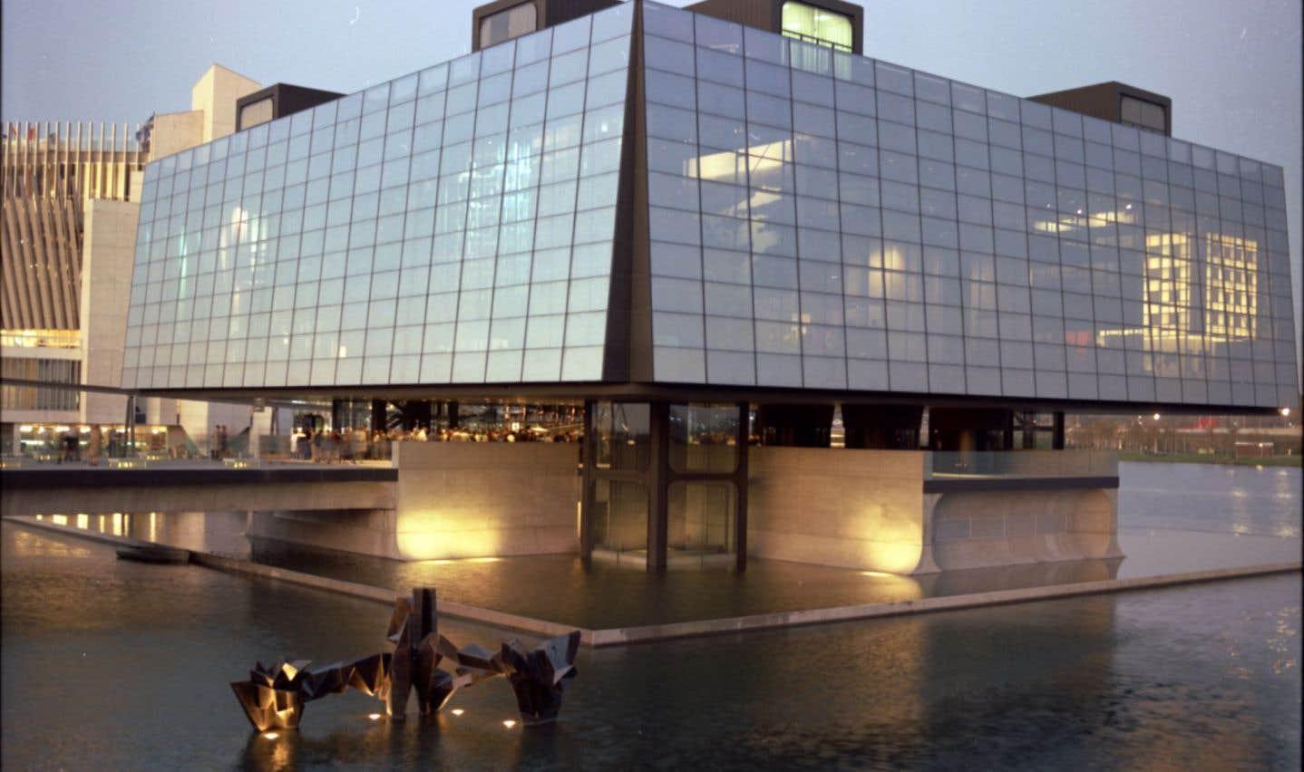 Ode à la modernité et au progrès technologique, l'architecture et le contenu du pavillon du Québec, tout de verre et d'acier, a suscité des réactions très partagées.