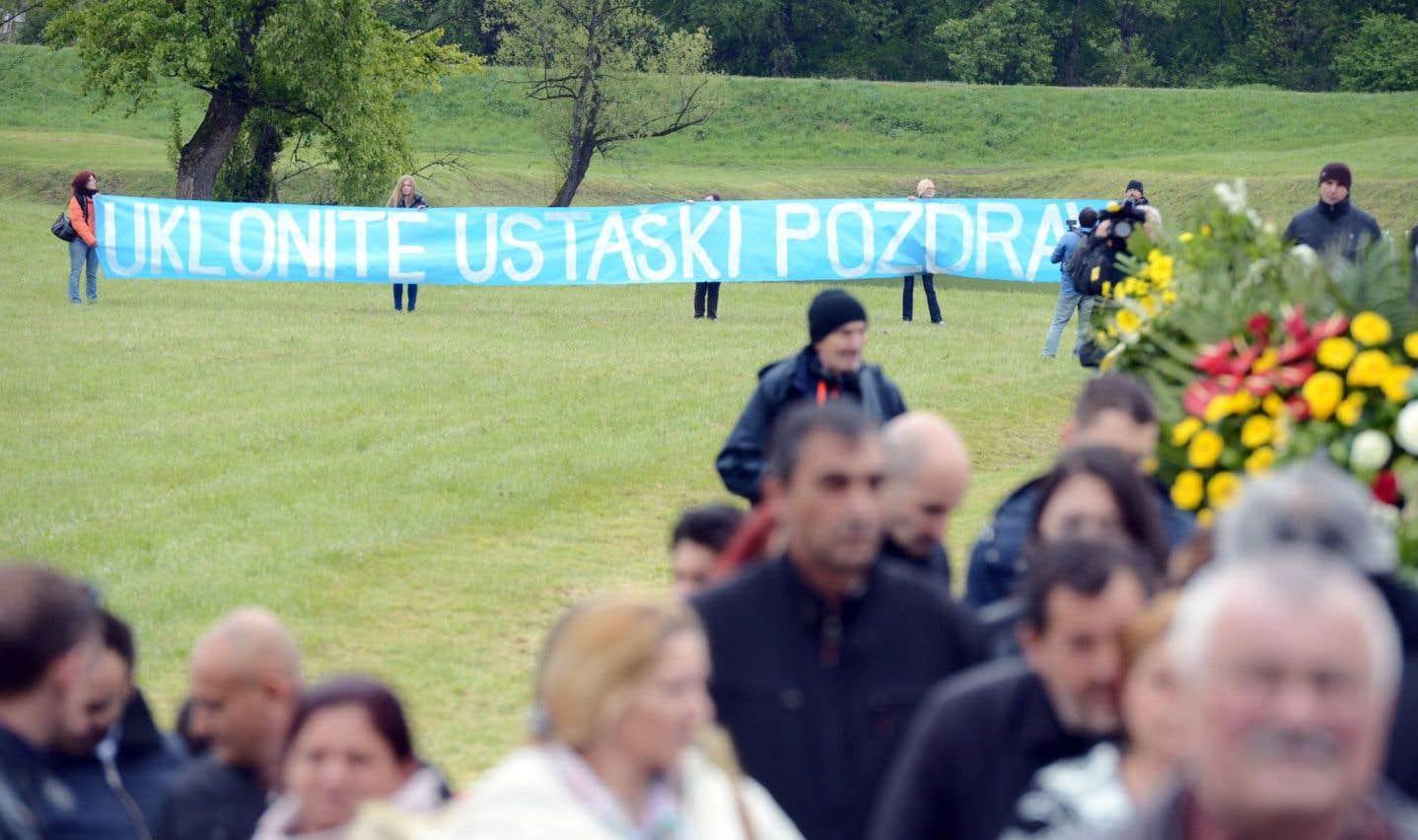 Dimanche, un groupe de militants antifascistes a déployé durant la cérémonie une banderole réclamant le retrait d'une plaque commémorative frappée du slogan du régime oustachi, «Za Dom Spremni», «Prêts pour la patrie».