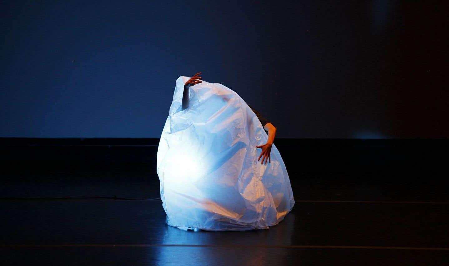 On regrettera que l'interaction des danseurs avec les enveloppes de papier et leur travail de la respiration et du souffle ne fasse pas l'objet d'une exploration plus en longueur.
