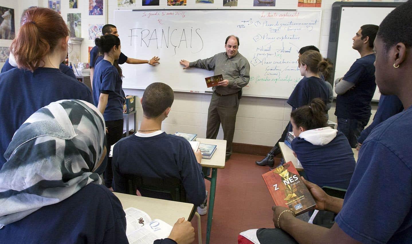 Selon Luc Papineau, les élèves n'ont pas à bien maîtriser la grammaire française, car la grille de correction de l'examen final d'écriture est très permissive en ce qui a trait à la maîtrise de la langue.