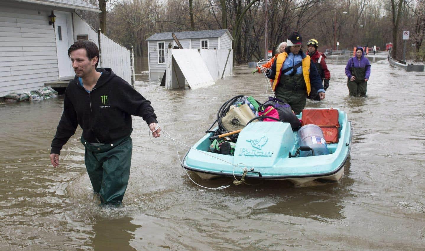 Les citoyens de l'île Bizard, au nord-ouest de Montréal, sont inondés