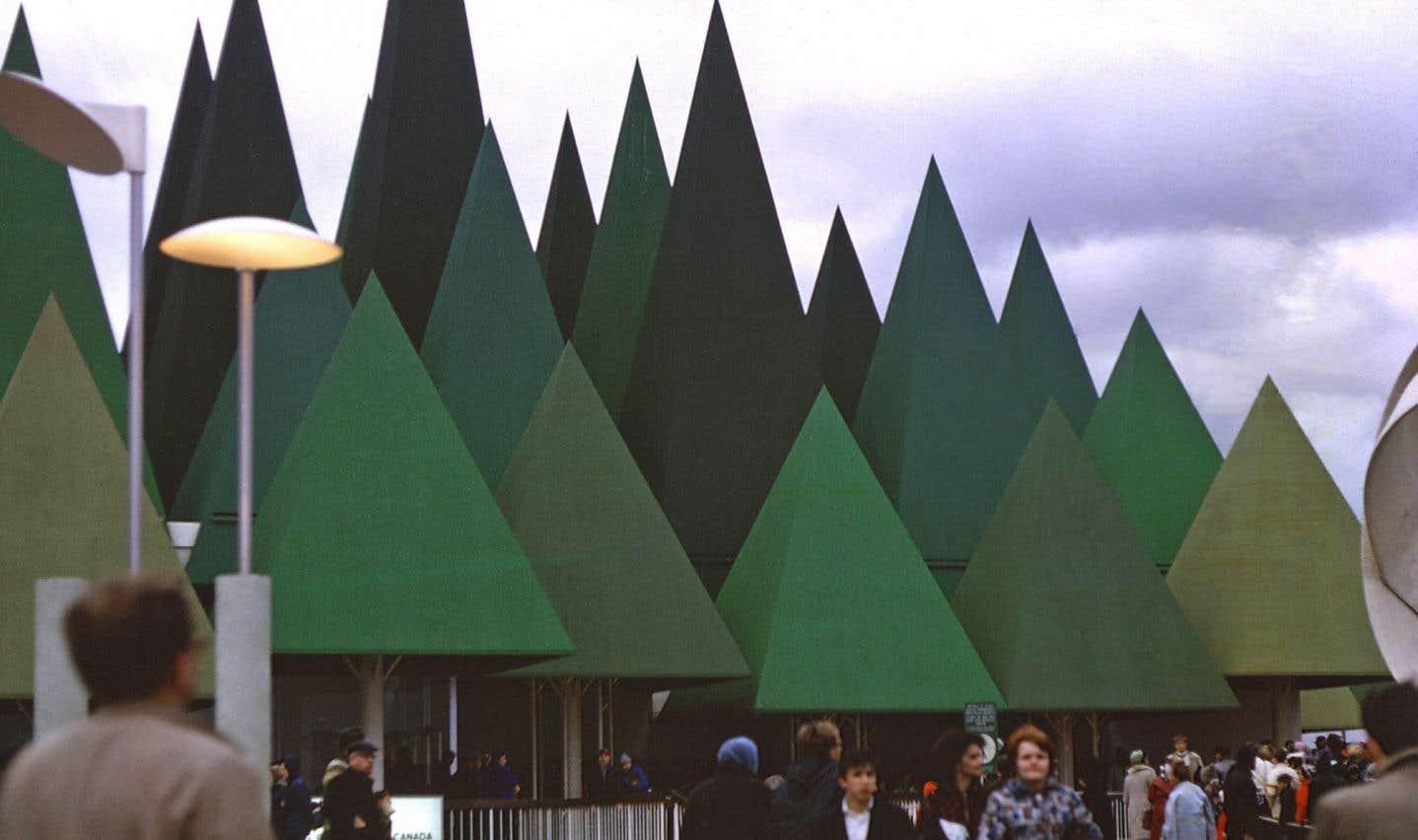 Vue partielle du pavillon des Pâtes et Papier lors d'Expo 67
